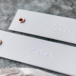 kalligrafierte Platzkarte und Anhänger für Gastgeschenke, kupferfarbene Öse