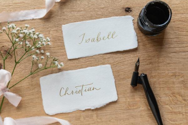 kalligrafierte Platzkarten auf handgeschöpftem Papier, goldene Tinte