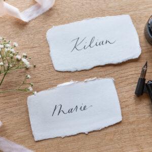 kalligrafierte Platzkarten auf handgeschöpftem Papier, schwarze Tinte
