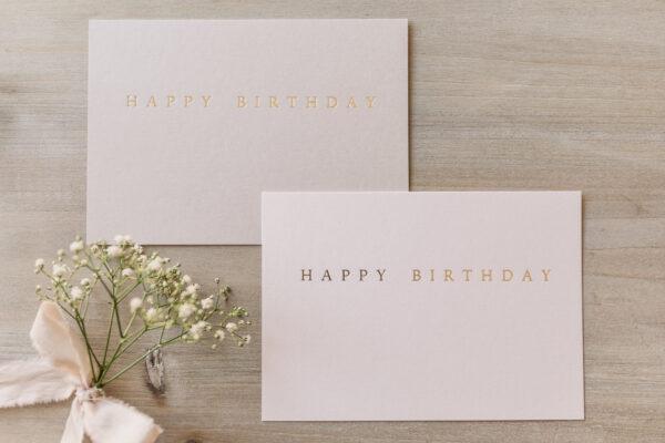 """Postkarte """"Happy Birthday"""" mit goldener Heißfolienprägung, von oben"""