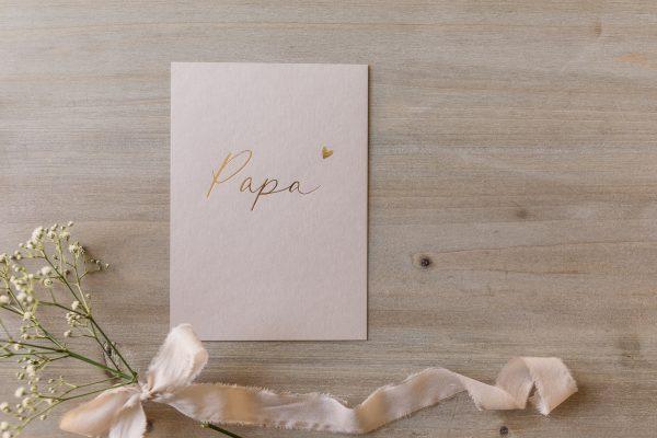 """Postkarte """"Papa"""" mit goldener Heißfolienprägung, von oben"""