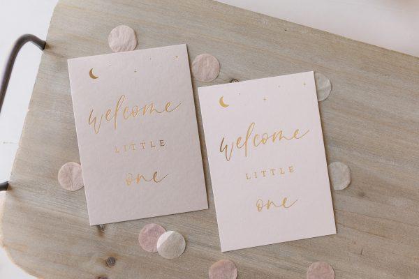 """Postkarte """"welcome little one"""" mit goldener Heißfolienprägung, von oben"""