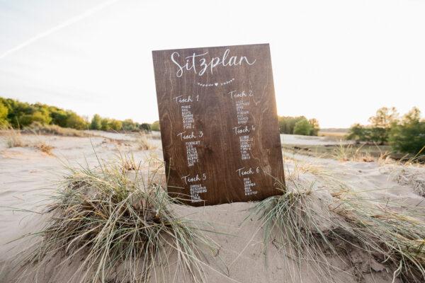 Sitzplan aus Holz, Kalligrafie, von Hand beschriftet