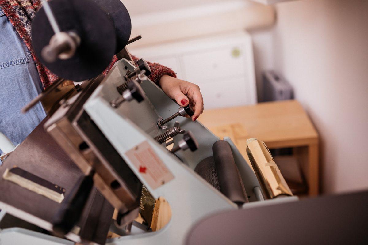 Heißfolienprägung - Foto vom Einstellen der Heißfolienprägemaschine