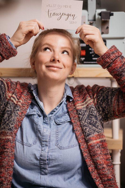 Heißfolienprägung - Lara von goldverliebt mit geprägter Postkarte Blick nach oben
