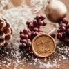 Wachssiegel mit Weihnachtsmotiv in gold, Weihnachtsmann fliegt im Schlitten über Tannen