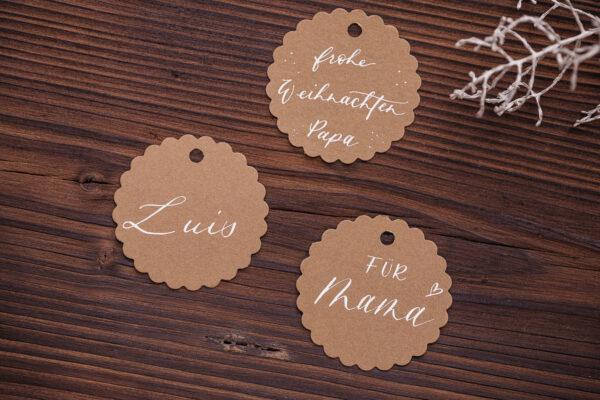 goldverliebt Geschenkanhänger rund mit Zierrand Kraftpapier