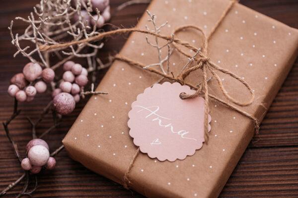 goldverliebt Geschenkanhänger rund mit Zierrand, warmes rosa, mit Kalligrafie, personalisiert mit Namen