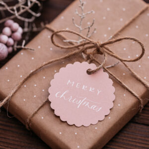 goldverliebt Geschenkanhänger rund mit Zierrand rosa mit weißer Schrift, Kalligrafie, merry christmas