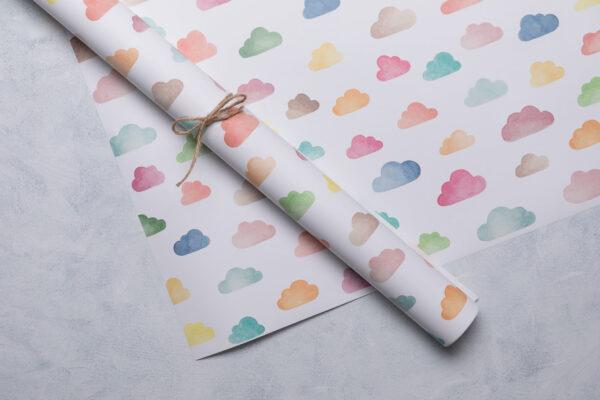 Geschenkpapier mit bunten Wolken, handgemalte Aquarellillustration, zusammengerollt