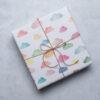 Geschenkpapier mit bunten Wolken, handgemalte Aquarellillustration, eingepacktes Geschenk