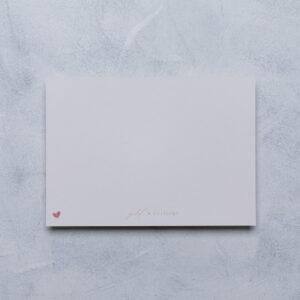 neutrale Babykarte, Rückseite mit goldverliebt Schriftzug und kleinem Herz