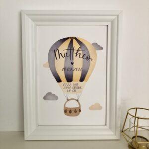 personalisierbares Geburtsbild mit indigo dunkelgelben Heißluftballon A4 im Bilderrahmen